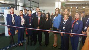 בתמונה: שגריר ישראל, נציגי LATAM וצוות המטוס