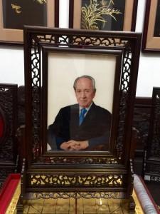 תמונות של השי שהוענק על ידי ממשל הפרובינציה גואנגדונג לנשיא לשעבר, מר שמעון פרס ולמיליארדר, מר לי קה-שינג. פורטרטים עשויים רקמה ייחודית, אופיינית לאזור שאנטו