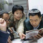 אנשים ממוצא אסייתי עם כיפות קוראים בעברית
