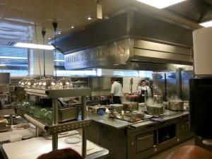 """מטבח במלון """"ארבע העונות"""" בו עובדים מתלמדים בטבחות"""