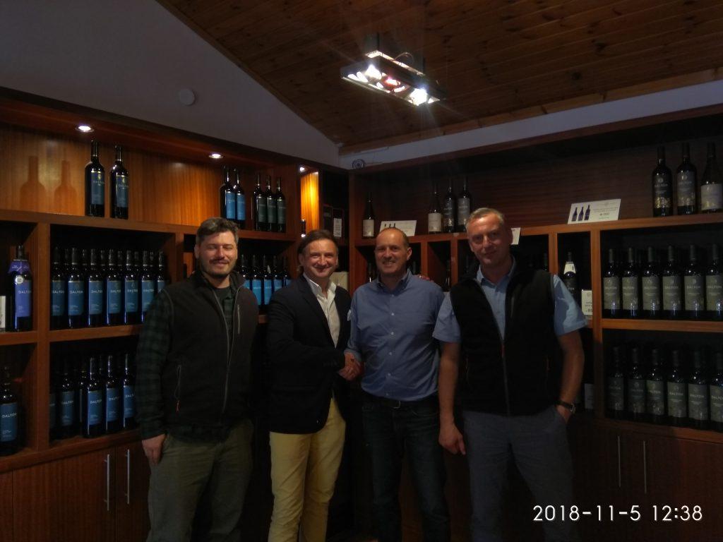 בתמונה: יבואן יין פולני גדול בביקור ביקב ישראלי, בשבוע שעבר