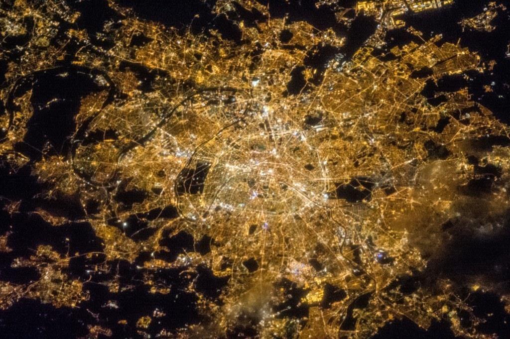"""פריז - עיר האורות המאפשרים להבין את הצפיפות. מקור: נאס""""א"""