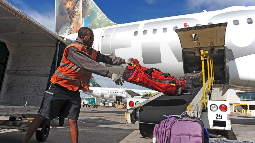 מעמיסי מזוודות – בעבר מעמד בינוני והיום עובדי קבלן עניים