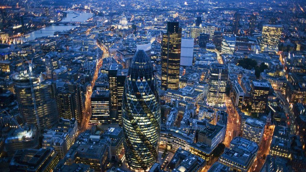 המרכז הפיננסי של לונדון. בעשורים האחרונים המדינות הקטינו את נטל המס המגדיל את אי-השוויון