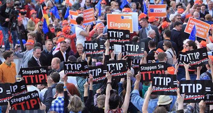 הפגנה בברליו כננד הסכם הסחר הבינלאומי TTIP