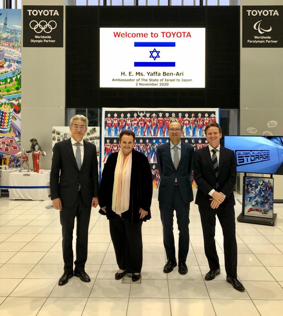 שגרירת ישראל ביפן יפה בן ארי, קצין הסחר אייג'י טאקאקוה ודניאל קולבר, הנספח הכלכלי של משרד הכלכלה והתעשייה ביפן