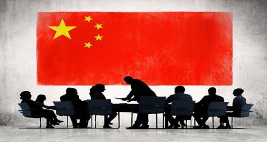 אנשים על רקע דגל סין