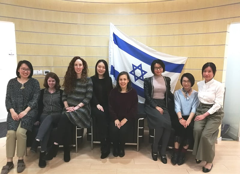 צוות הנספחות בשנגחאי. מימין לשמאל : שנלין ליו, לין לו, שרלוט יו, עינת לב, ויקטוריה צ'ן, דיה טייכמן שניצר, מאיה חורין, טינה שיה.