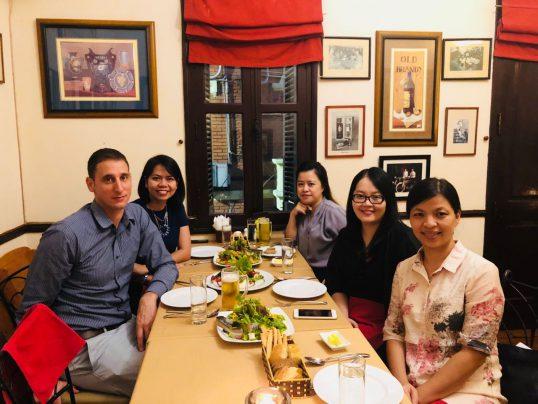 צוות הנציגות הכלכלית בהאנוי, וייטנאם, בתמונה: Yaniv, Vic, Trang, Thy ו-Ly