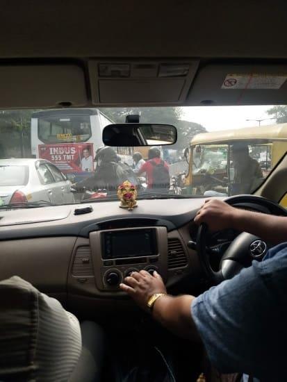 בתמונה: פקק תנועה טיפוסי בבנגלור, רכבים וריקשות מגיעים מכל עבר