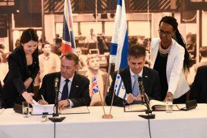 שר הכלכלה הישראלי ושר המסחר הבריטי חותמים על הסכם סחר