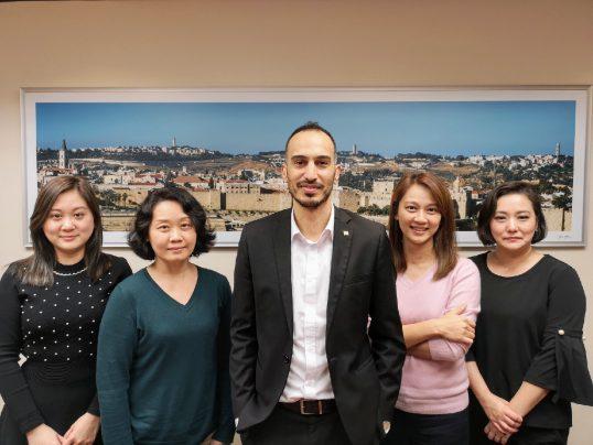 צוות הנספחות - מימין לשמאל: סנדי לי, אלזה שייה, צליל להב, ג'ספר פאן, קאי-טינג הואנג.