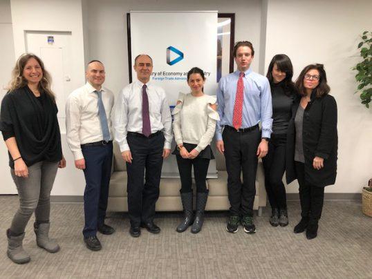 צוות הנציגות הכלכלית, משמאל לימין: נטשה בורגל, ג'וש ברלינר, ינון אלרועי, אליסה גרינברג, ג'וש רבינוביץ, תמר שלימק ובת' בלקין.